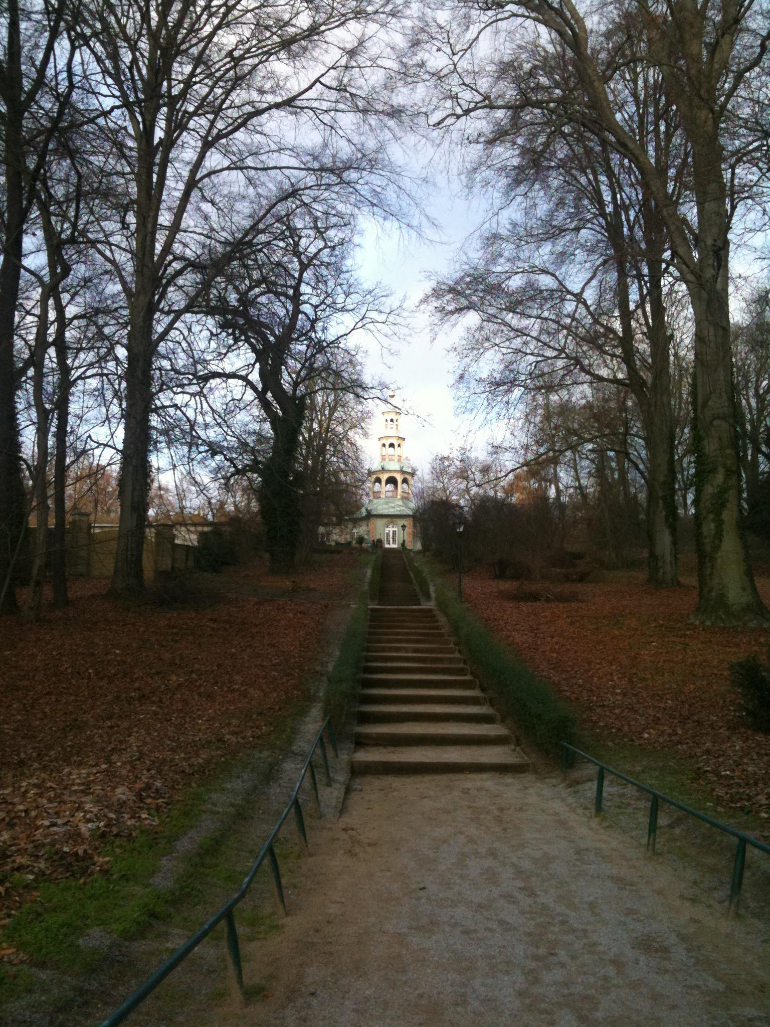 Sanssouci-Drachenhaus-Blick-aus-dem-Park